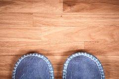 在一个棕色木地板上的蓝色家庭拖鞋 免版税图库摄影