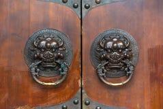 在一个棕色木门的龙中国通道门环 图库摄影