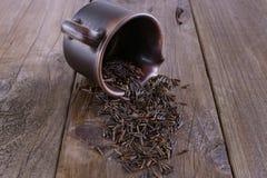 在一个棕色省陶瓷碗的有机黑水菰在土气黑暗的木背景 图库摄影