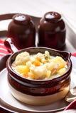 在一个棕色碗的自创花椰菜汤 库存照片