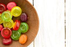 在一个棕色茶碟的明亮的多彩多姿的糖果 免版税库存照片