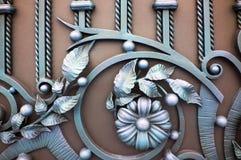 在一个棕色金属门的伪造的元素 图库摄影