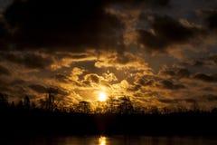在一个森林上的丹麦日落有剧烈的天空的 库存照片