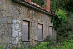 在一个森林中间的老被放弃的大厦在欧洲 免版税库存照片