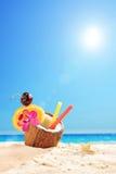 在一个椰子的异乎寻常的鸡尾酒在一个热带海滩 库存图片