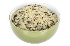 在一个橄榄绿碗或盘供食的健康狂放的未煮过的米 免版税库存图片