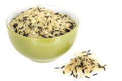在一个橄榄绿碗或盘供食的健康狂放的未煮过的米 免版税库存照片
