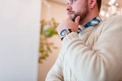在一个欧洲深色的人的手上的一块机械手表 免版税库存图片
