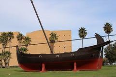 在一个正方形的一条老小船与草 免版税库存图片