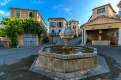 在一个正方形的喷泉在一个小镇Riez 库存图片