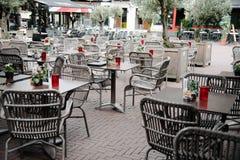 在一个正方形的空的边路咖啡馆在市阿纳姆在夏天 库存图片