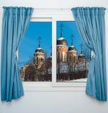 在一个正统寺庙的看法有窗口圆顶的  免版税库存图片