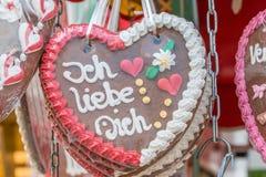 """在一个民间节日的姜饼心脏与德语措辞†""""我爱你,德国 免版税库存图片"""