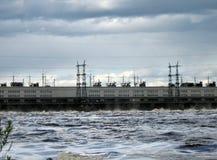 在一个水力发电站的水放电 库存照片