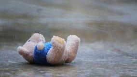 在一个水坑的被放弃的玩具熊在雨中 影视素材