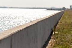 在一个水库的具体水坝本质上 图库摄影