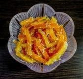 在一个水晶花瓶的橙色脯 库存图片