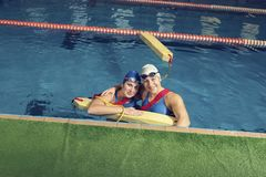 在一个水池的两位教练员与设备水抢救训练 免版税库存图片