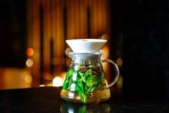 在一个水罐的Mojito在一张黑暗的桌上 库存图片