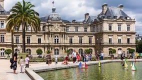 在一个池塘戏弄小船在卢森堡Gardens Jardin du Luxembo 免版税库存照片