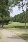 在一个池塘旁边的足迹高尔夫球场的 免版税图库摄影