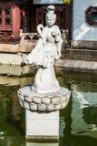 在一个池塘的雕象犬齿轰隆锺Lu老市上海瓷的 库存图片