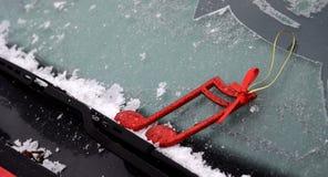 在一个汽车刮水器的圣诞节装饰有霜的 图库摄影