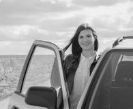 在一个汽车美丽的女孩的乘客座位有门户开放主义的 免版税库存照片