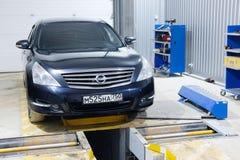 在一个汽车` s修理驻地的汽车在莫斯科 免版税图库摄影