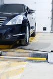 在一个汽车` s修理驻地的汽车在莫斯科 免版税库存照片