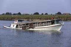 被超载的小船- Irrawaddy河-缅甸 库存照片