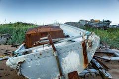 在一个沙滩放弃的一条老小船 图库摄影