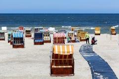 在一个沙滩的多彩多姿的被顶房顶的海滩睡椅 库存照片