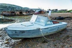 在一个沙滩的老小船 免版税库存照片