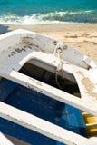 在一个沙滩的老小船 库存照片