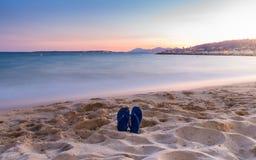 在一个沙滩的触发器在日落 免版税库存照片