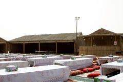 在一个沙漠徒步旅行队阵营里面在迪拜,阿拉伯联合酋长国 游人把带对这样阵营在沙丘打击为地方表现的,食物以后 库存照片