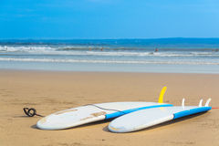 在一个沙滩的两个冲浪板 库存照片