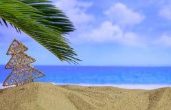 在一个沙滩的圣诞节装饰品-复制空间 免版税库存照片