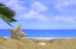 在一个沙滩的圣诞节装饰品-复制空间 免版税库存图片