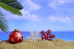 在一个沙滩的圣诞节-复制空间 免版税库存照片