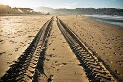 在一个沙滩的平直的引擎轮胎踪影轨道在hendaye 免版税图库摄影