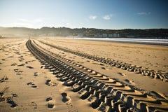 在一个沙滩的平直的引擎轮胎踪影轨道在hendaye 免版税库存图片
