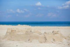 在一个沙滩的沙子城堡 库存图片
