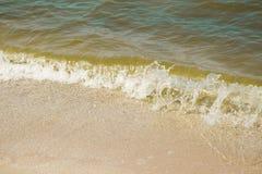 在一个沙滩的海波浪 库存照片
