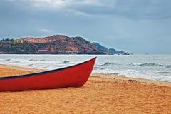 在一个沙滩的红色小船 免版税库存照片