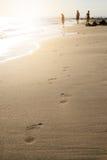 在一个沙滩的脚步 看板卡夏天星期日通知 假日和旅行概念 夏天震动 图库摄影