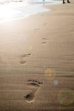 在一个沙滩的脚步 看板卡夏天星期日通知 假日和旅行概念 夏天震动 免版税库存图片