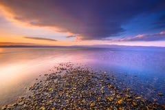 在一个河口的日出在莱斯博斯岛海岛上 免版税库存照片