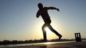 在一个河岸的滑稽的人舞蹈在夏天在slo mo 影视素材